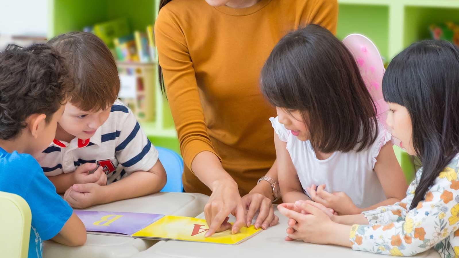 Studerende kinderen in de klas