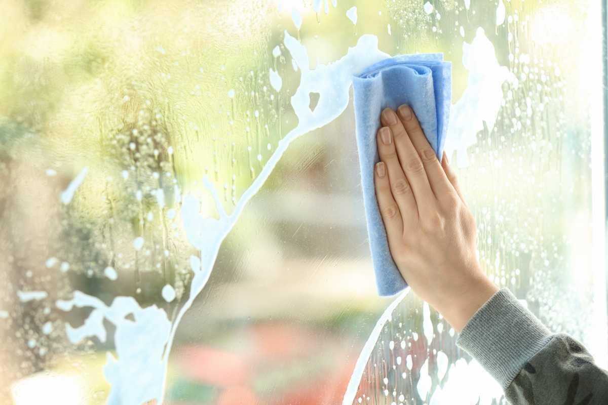 Raam poetsen lenteschoonmaak