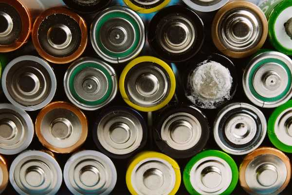 Leaking batteries: 3 simple steps to handle them safely