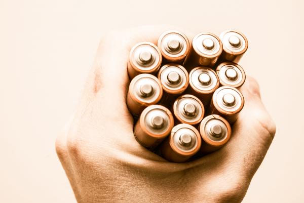 Waarom je een batterij mag vastpakken en een 'schrikdraad' niet.