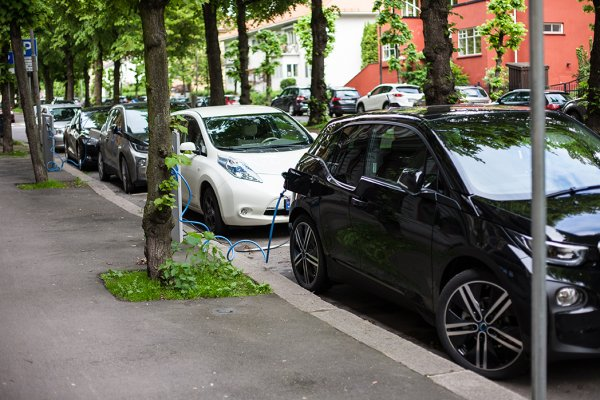 Travelling by electric car: Bebat answers all your questions.