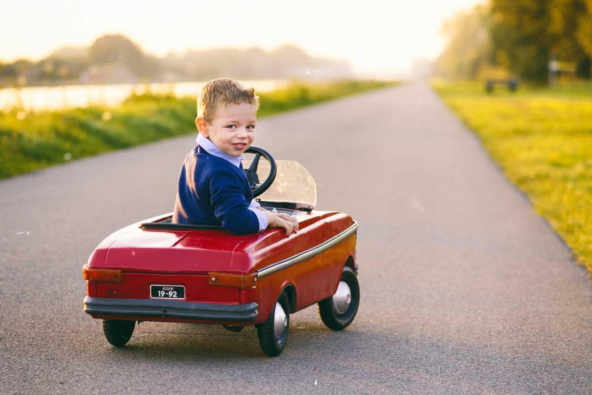 Jongentje onderweg in auto