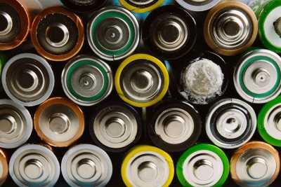 Piles et batteries qui fuient : 3 étapes simples pour les conserver en toute sécurité