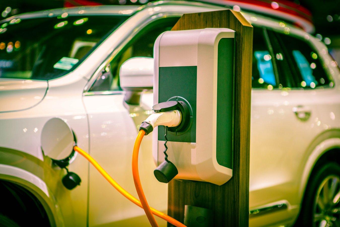 Waar vind ik een laadpaal voor mijn elektrische auto? En wat kost een oplaadbeurt?